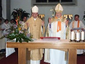 Die Bischöfe Matthias Ring (alt-katholisch) und Pierre Whalon (anglikanisch) bei einer gemeinsamen Eucharistiefeier in Berlin.