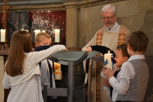 Die Kommunionkinder beim Glaubensbekenntnis in Erinnerung an ihre Taufe